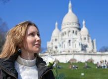 Femme avant basilique de Sacre-Coeur, Montmartre Photo stock