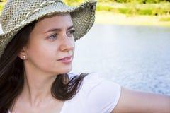 femme avant de lac Image stock