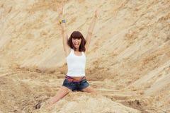 Femme avec émotion heureuse sur la plage images stock