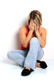 Femme avec affliction s'asseyant sur l'étage Photographie stock