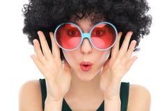 Femme avec Afro et des lunettes de soleil Photographie stock libre de droits