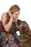 Femme avec amour de chien Photo stock