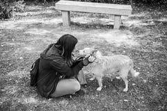 Femme avec amour de chien Image stock