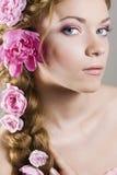 Femme avec avec des tresses et des roses dans le cheveu Photo stock