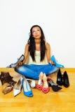 Femme avec beaucoup de chaussures à choisir de Images stock