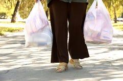 Femme avec beaucoup de paquets Photo stock