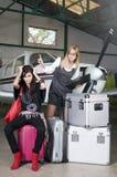 Femme avec beaucoup de sacs hors de l'avion Image stock