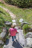 Femme avec Cane Walking sur le chemin photo stock