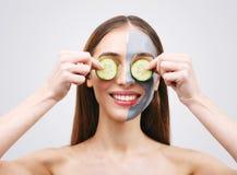 Femme avec Clay Mask et des concombres photos libres de droits