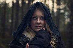 Femme avec dans la forêt Image stock