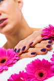 Femme avec de beaux clous pourpres manicured Image stock