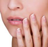 Femme avec de beaux ongles manicured de doigt Images libres de droits