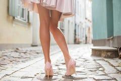 Femme avec de belles jambes portant des chaussures de talon haut Photos stock