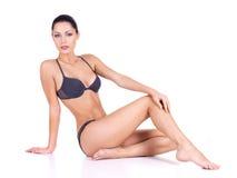Femme avec de belles longues pattes minces Images stock