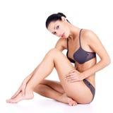 Femme avec de belles pattes dans le bikini Images libres de droits