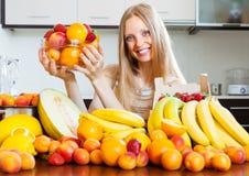 Femme avec de divers fruits Image libre de droits