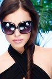 Femme avec de grandes glaces de soleil photographie stock libre de droits