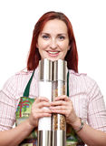 Femme avec de grands moulins de sel et de poivre Photo stock