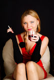 Femme avec de l'alcool potable de cigarette. Photographie stock