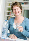 Femme avec de l'eau Photographie stock libre de droits