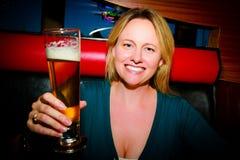 Femme avec de la bière Photographie stock
