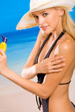 Femme avec de la crème de soleil-protection photographie stock