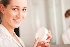 Femme avec de la crème de visage Image libre de droits