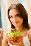 Femme avec de la salade photographie stock