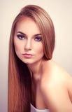Femme avec de longs cheveux droits Image libre de droits