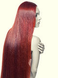 Femme avec de longs cheveux rouges Photo stock