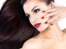 Femme avec de longs poils droits et ongles d'élégance Photographie stock libre de droits