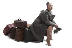 Femme avec de rétros valises Photos libres de droits
