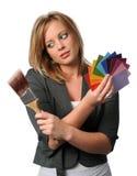 Femme avec des échantillons de balai et de couleur Image libre de droits