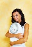 Femme avec des échelles après un régime réussi Photos stock