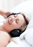 Femme avec des écouteurs sur se trouver sur un bâti Photos libres de droits