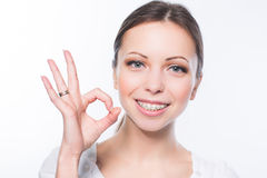 Femme avec des accolades de dents photographie stock libre de droits