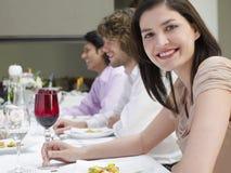 Femme avec des amis au dîner Photo libre de droits