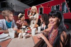 Femme avec des amis au Tableau mobile de café Images stock