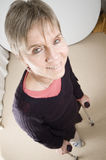 Femme avec des béquilles Photographie stock libre de droits