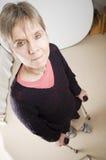 Femme avec des béquilles sérieuses Images libres de droits