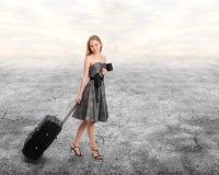 Femme avec des bagages image libre de droits
