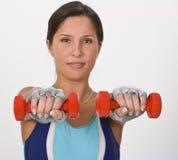 Femme avec des barbells photos stock