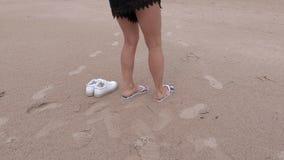 Femme avec des bascules électroniques sur la plage banque de vidéos