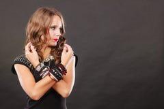 Femme avec des bijoux dans la robe de soirée noire Photos libres de droits