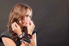 Femme avec des bijoux dans la robe de soirée noire image libre de droits