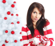 Femme avec des billes à côté d'arbre de Noël Images libres de droits