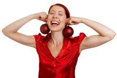 Femme avec des billes d'arbre de Noël Images stock
