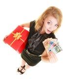 Femme avec des billets de banque de boîte-cadeau et d'argent de devise d'euro Photographie stock