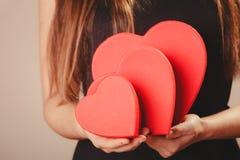 Femme avec des boîtes de valentines Images stock