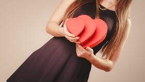 Femme avec des boîtes de valentines Photographie stock